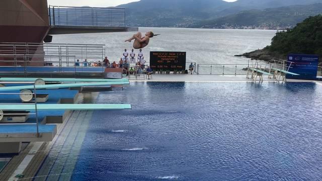 2½ Delphin-Salto gehockt.