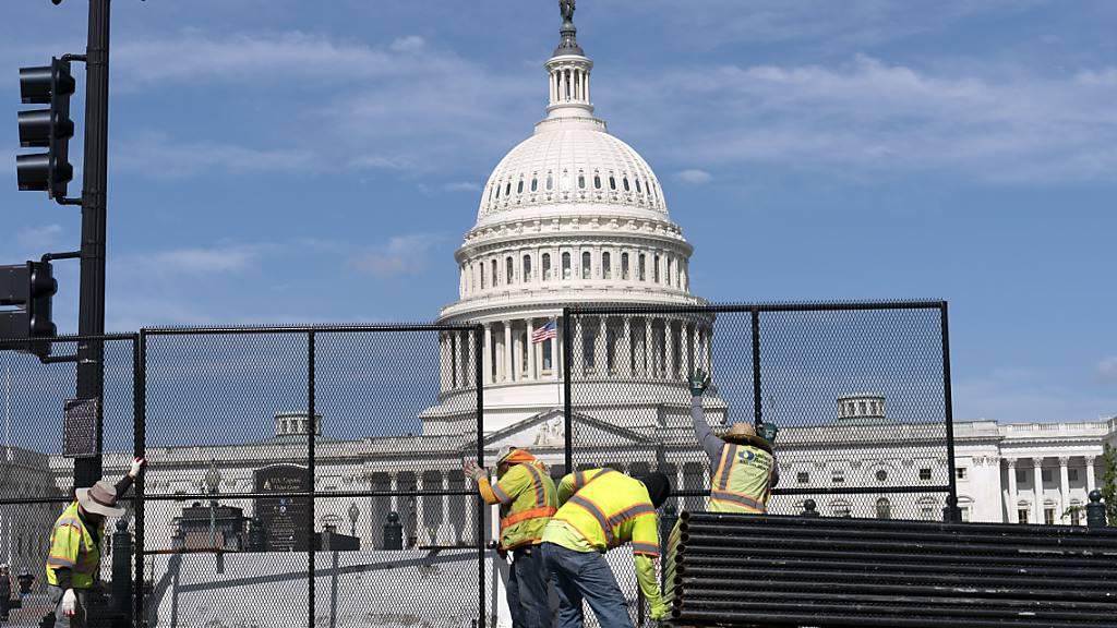 Arbeiter entfernen den Schutzzaun am Kapitol. Foto: Jose Luis Magana/FR159526 AP/dpa