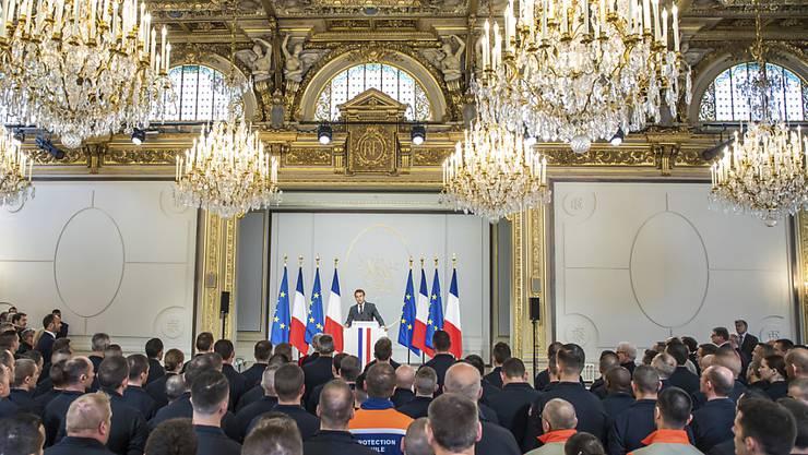 Der französische Präsident Emmanuel Macron hat am Donnerstag Rettungskräfte nach dem Brand der Kathedrale Notre Dame im Elysée Palast geehrt.