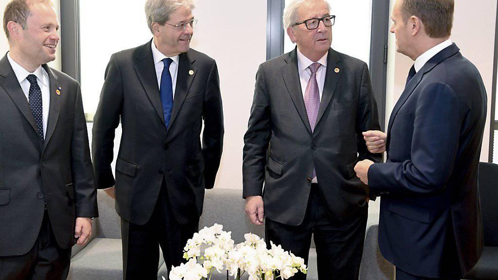 Maltas Premierminister Joseph Muscat, Italiens Premierminister Paolo Gentiloni, EU-Kommissionspräsident Jean-Claude Juncker und EU-Ratspräsident Donald Tusk (von links nach rechts) diskutieren am zweiten Gipfeltag am Freitag in Brüssel über die Zukunft der EU ohne Grossbritannien.