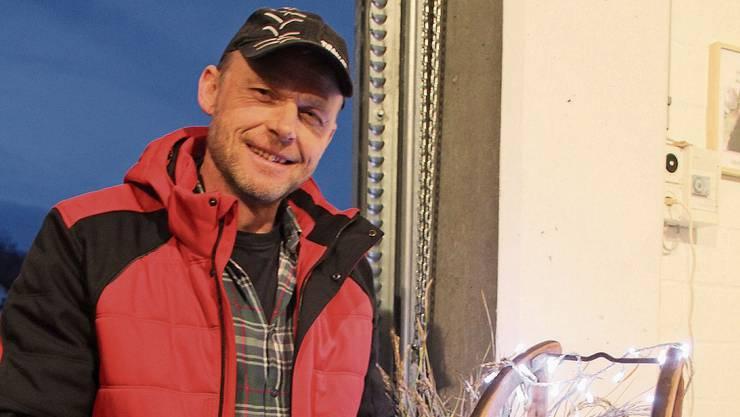 Toni Suter präsentiert stolz die erste Charge Wasserschlossreis.