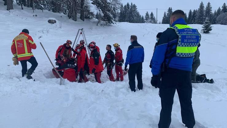 Rettungskräfte konnten das unverletzte Mädchen aus dem Erdloch bergen.