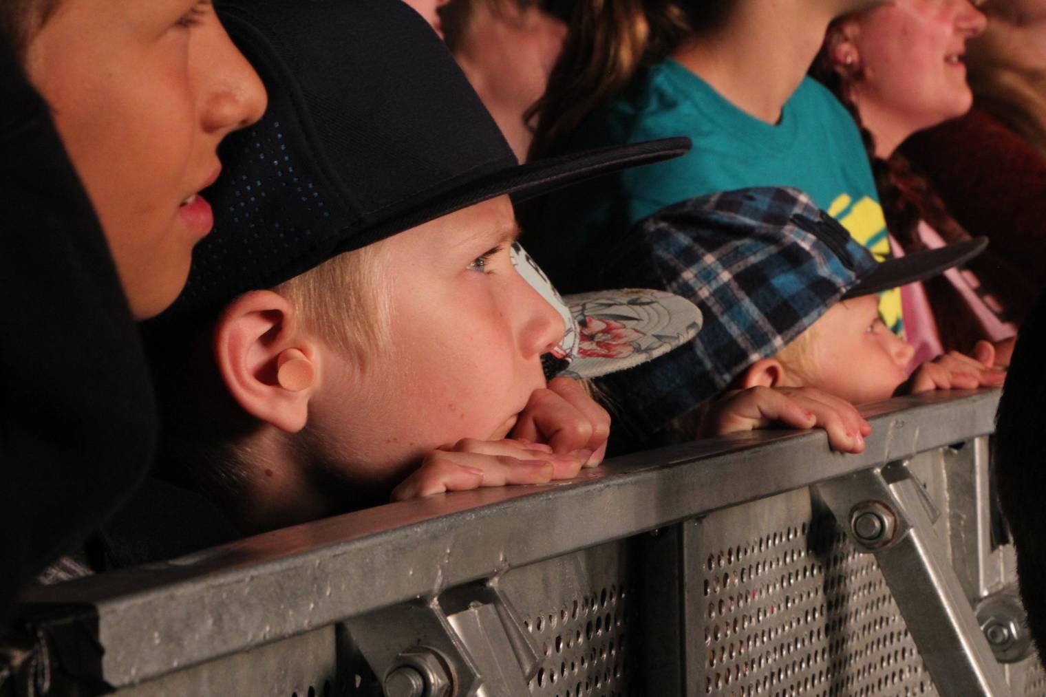 Auch beim Hecht Konzert waren die Kinder in der ersten Reihe. (Bild: Lara Abderhalden)
