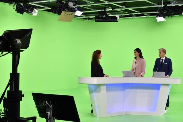 Moderatoren Simone Stern und Reto Scherrer beim Sendestart von Blick TV, hier vor dem Green Screen