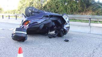 Das Motorrad wurde von einem Auto angefahren. (Symbolbild)