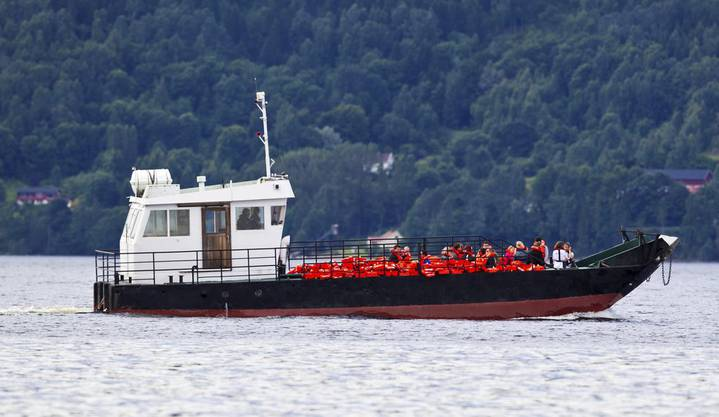 Angehörige der Opfer werden auf die Insel Utoya gebracht