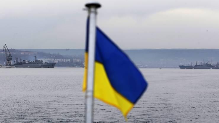 Russische (links) und ukrainische Kriegsschiffe stehen sich im Hafen von Sewastopol gegenüber.