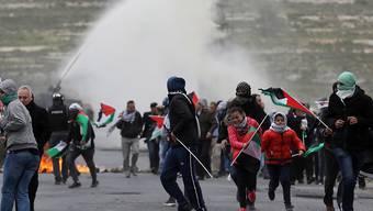 Erneute Eskalation: Palästinensische Demonstranten fliehen am Samstag vor Tränengas der israelischen Sicherheitskräfte.