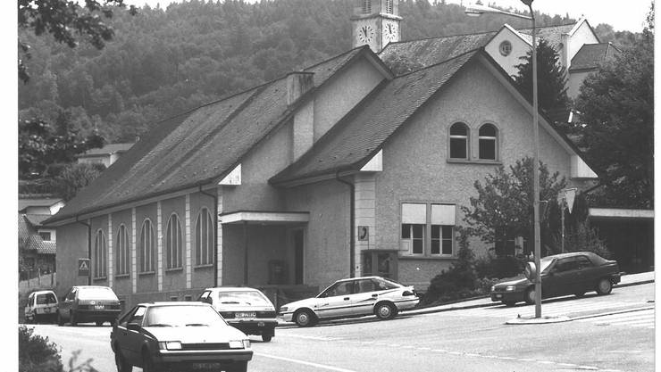 Das Turnhallen-Gebäude prägte das Dorfbild jahrzehntelang. Foto von Juli 1993.