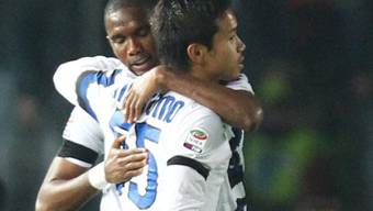 Inter-Skorer Samuel Eto'o (l.) umarmt seinen Teamkollegen Nagatomo
