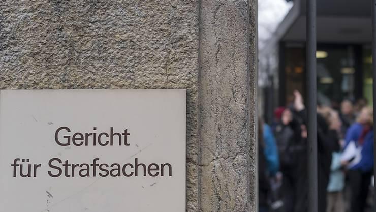 52-Jähriger steht vor Gericht: Er soll eine Transsexuelle in der Schweiz zur Prostitution gezwungen haben.