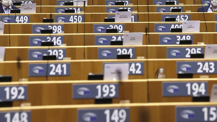 Europäische Gesetzgeber sitzen unter Einhaltung von Schutzmaßnahmen während der Corona-Pandemie im Europäischen Parlament. Foto: Yves Herman/Reuters Pool/AP/dpa