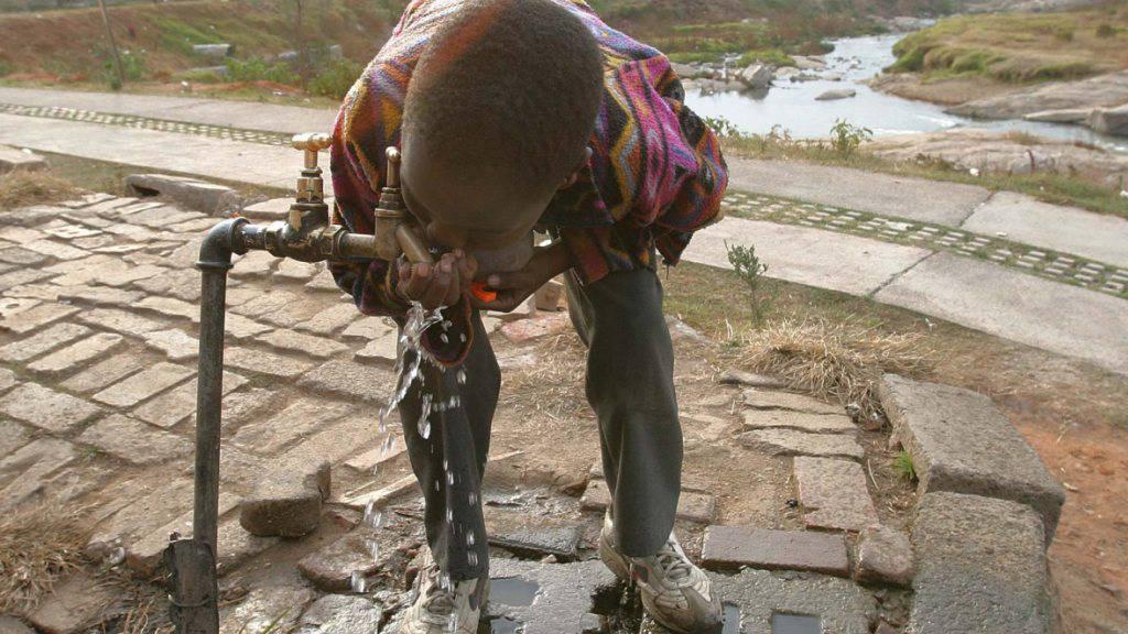 Junge trinkt Wasser vom stark verschmutzten Fluss Juskei im Johannesburger Township Alexandra (Archiv)