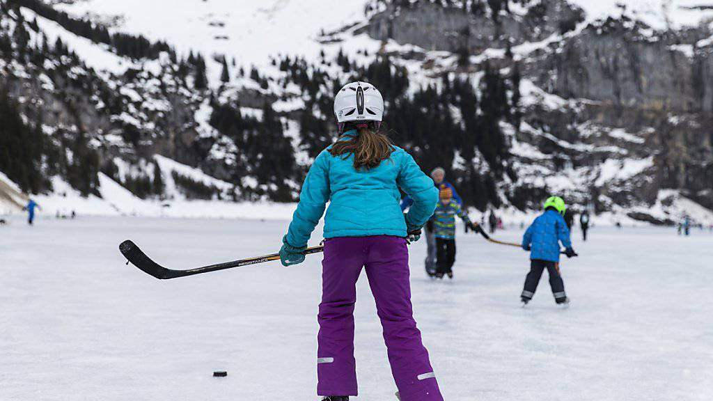 3600 Unfälle ereignen sich jedes Jahr auf Schweizer Eis. Wer beim Eislaufen einen Helm trägt, vermindert laut bfu das Risiko von schweren Kopfverletzungen. (Archivbild)