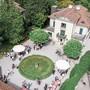 Blick auf eine Hochzeitsgesellschaft im Park des Wohler Strohmuseums. 35 Paare haben 2019 in der Villa geheiratet. So viele wie noch nie.
