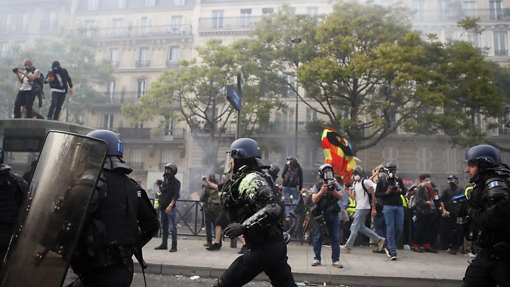 Die Polizisten setzten Tränengas ein, um die Aktivisten auseinanderzutreiben.es.