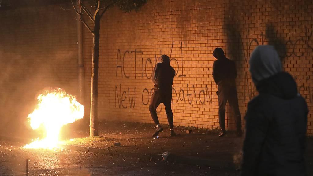 Eine Benzinbombe wurde über die Friedensmauer in West Belfast geworfen. In der britischen Provinz Nordirland kam es erneut zu Krawallen. Foto: Peter Morrison/AP/dpa