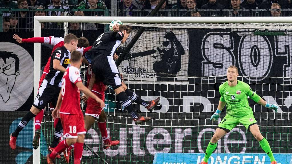 Robin Zentner kann nichts mehr ausrichten: Gladbachs Jannik Vestergaard (2. v. r.)  gelingt der Ausgleich zum 1:1.