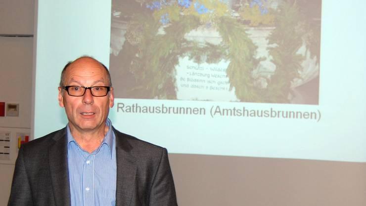 Stadtrat Martin Stücheli verdankt die immense Arbeit des Brunnenschmückens am Jugendfest. HH.