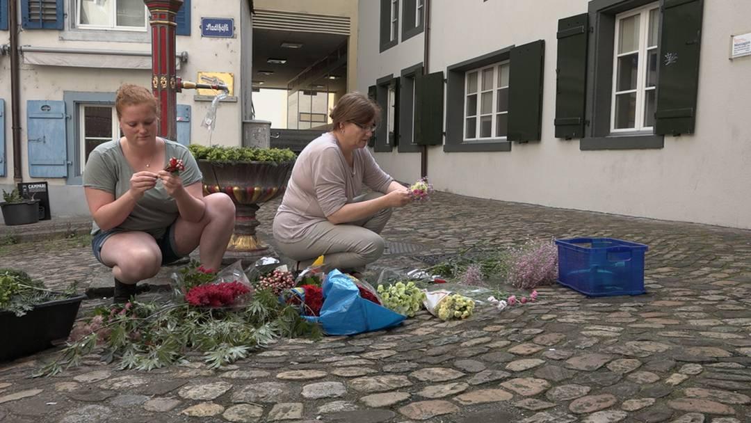 «Der Brunnen tröstet»: Am Donnerstagmorgen haben die Blumenfrauen die Aarauer Brunnen geschmückt – trotz allem