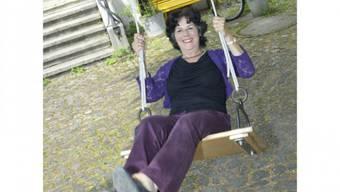 Hat Schwung: Anita Lachenmeier im Vorgarten ihres Hauses neben der Kaserne im Kleinbasel. Foto: Nicole Nars-Zimmer