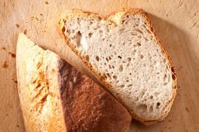 Zutaten560 ml Wasser 1 TL Biohefe690 g Weizen-Ruchmehl 2 kg Weizen-Ruchmehl 1,6 l Wasser2 EL Biohefe 1,25 kg Vorteig75 g Meersalz ZubereitungFür den Vorteig das Wasser und die Hefe vermengen, zum Mehl geben und 12 Stunden im Kühlschrank gehen lassen. Für den Teig alle Zutaten ausser dem Salz miteinander vermengen. Zum Schluss das Salz hinzufügen. Den Teig 15 Minuten mit der Rührmaschine kneten, anschliessend 12 Stunden im Kühlschrank gehen lassen. Den Teig 1 Stunde vor Verwendung aus der Kühlung nehmen und zu 500 g schweren Laiben formen. Die Teiglaibe in eine Schüssel geben und weitere 10 Minuten gehen lassen. Im Backofen bei 240 Grad Umluft 20 bis 30 Minuten backen. Rezept: Pure Leidenschaft, Andreas Caminada, AT-Verlag