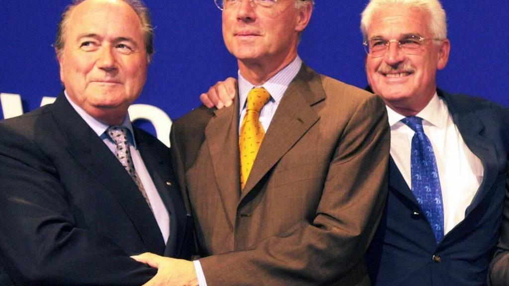 Feder Radmann (rechts) mit Franz Beckenbauer und Sepp Blatter anlässlich der WM-Vergabe 2006.