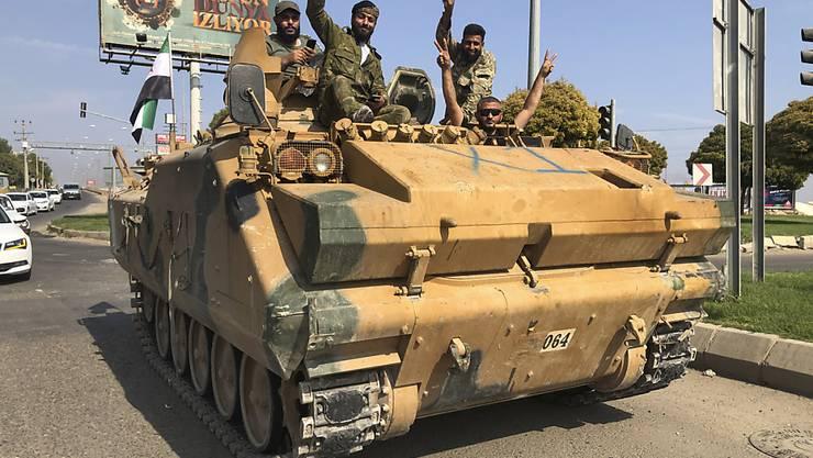 Von der Türkei unterstützte syrische Rebellen in der türkischen Stadt Akcakale bei der Einfahrt nach Nordsyrien.