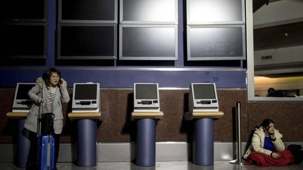 Wegen eines Stromausfalls sassen Tausende Passagiere stundenlang in den Terminals des Flughafens von Atlanta im Dunkeln oder auf dem Rollfeld an Bord Dutzender Maschinen fest.