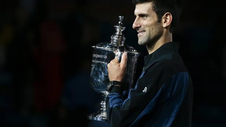 Novak Djokovic und die US-Open-Siegertrophäe.