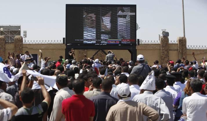 Die Menschen auf Kairos Strassen können mitverfolgen, wie Hosni Mubarak auf dem Krankenbett ins Gericht gefahren wird