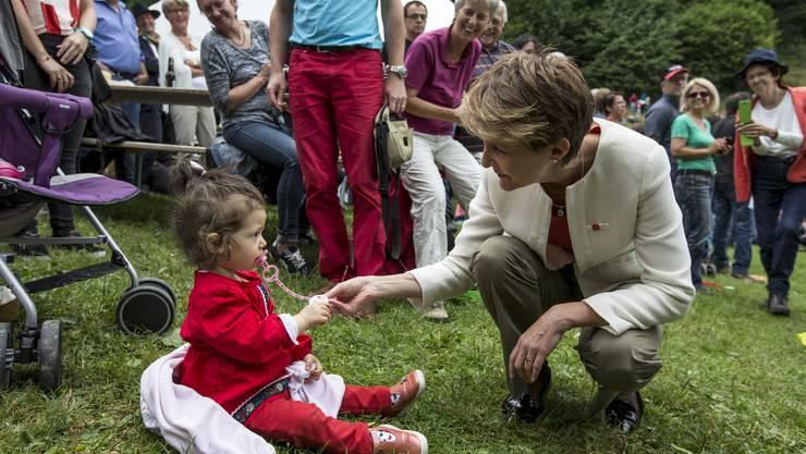 Bundespräsidentin Simonetta Sommaruga mit einer jungen Rütli-Besucherin.
