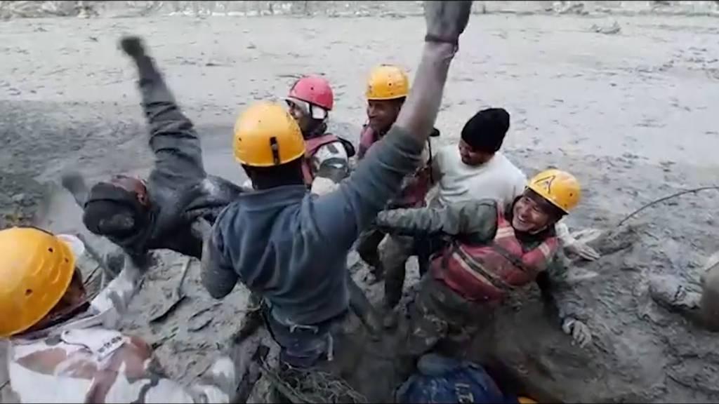 Nach Sturzflut: Rettung für verschüttete Arbeiter