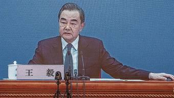 Aussenminister Wang Yi spricht via Video mit Reportern.