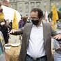 Grünen-Präsident Glättli diskutiert bei der Bundesplatz-Besetzung mit einem Klimastreiker.