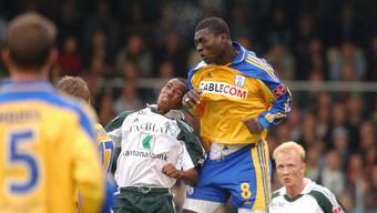 Papa Bouba Diop (rechts im gelben GC-Dress bei einem Spiel im Oktober 2001) ist verstorben.