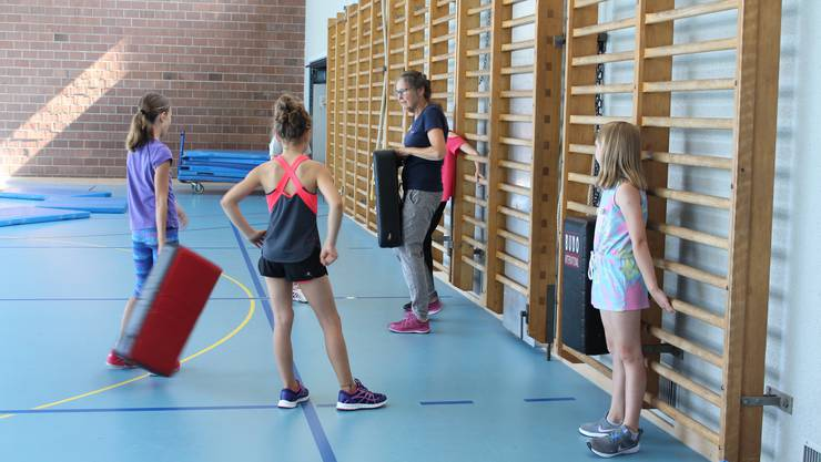 Silvia Bren lehrt die Mädchen, wie man sich mit Kicks wehrt.