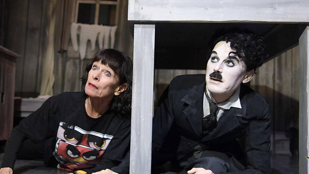 """Charlie Chaplins Tochter Geraldine Chaplin neben einer Wachsfigur ihres Vaters im Museum """"Chaplin's World"""". (Archivbild)"""