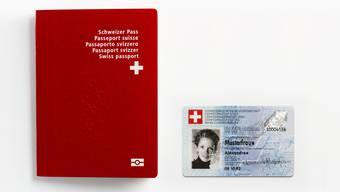 Der Schweizer Pass verfügt über einen elektronisch lesbaren Chip. Die ID allerdings noch nicht.