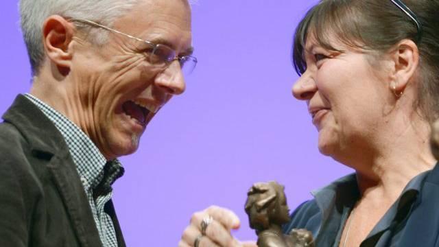 Die Belgierin Claude K. Dubois feiert mit ihrem Übersetzer