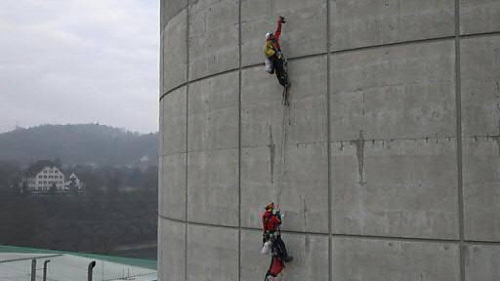 Bei der Greenpeace-Aktion im März 2014 bohrten zwei Männer insgesamt 15 Löcher in die Betonhülle des Sicherheitsgebäudes des AKW Beznau II im Kanton Aargau. (Archivbild)
