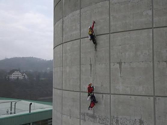 Zwei Männer bohrten insgesamt 15 Löcher in die Betonhülle des Sicherheitsgebäudes des AKW Beznau II.