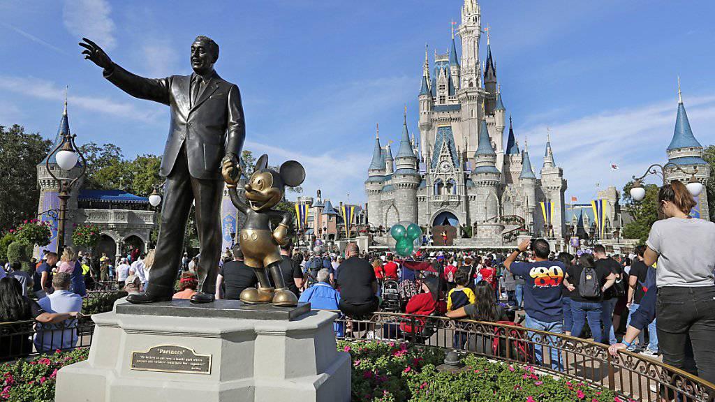 Zahlreiche Besucher in Themenparks von Walt Disney haben dem Konzern zu einer Gewinnsteigerung im abgelaufenen Geschäftsquartal geführt. (Archivbild)