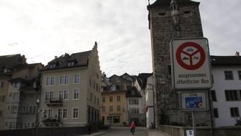Durchfahrtsverbot: Heute dürfen im Normalfall nur noch Fussgänger, Velo- und Trottinettfahrer sowie Postautos die alte Aarebrücke passieren.