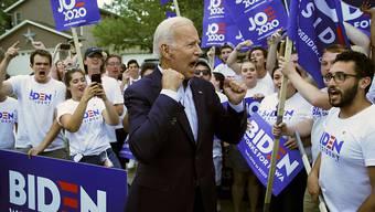 ARCHIV - Joe Biden, designierter Präsidentschaftskandidat der US-Demokraten, spricht mit Anhängern. Foto: John Locher/AP/dpa