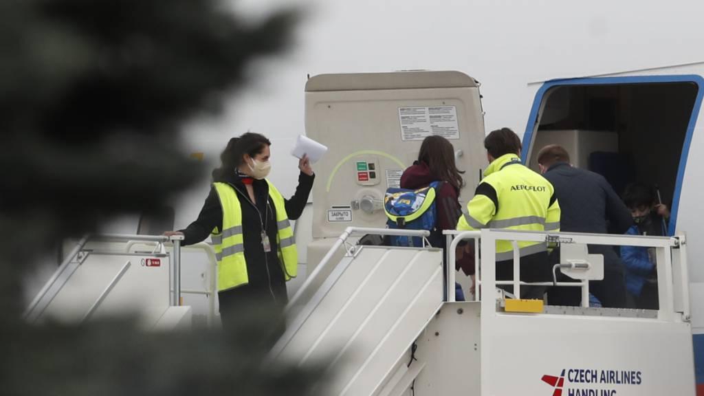 dpatopbilder - Russische Diplomaten und ihre Familien steigen in ein Sonderflugzeug der russischen Regierung. Tschechien wirft Russland vor, an der Explosion eines Munitionslagers mit zwei Todesopfern im Jahr 2014 beteiligt gewesen zu sein. Foto: Petr David Josek/AP/dpa