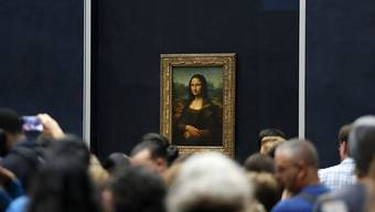 "Touristen vor Leonardo da Vincis berühmtem Gemälde ""Mona Lisa"" im Museum Louvre in Paris. (Archivbild)"