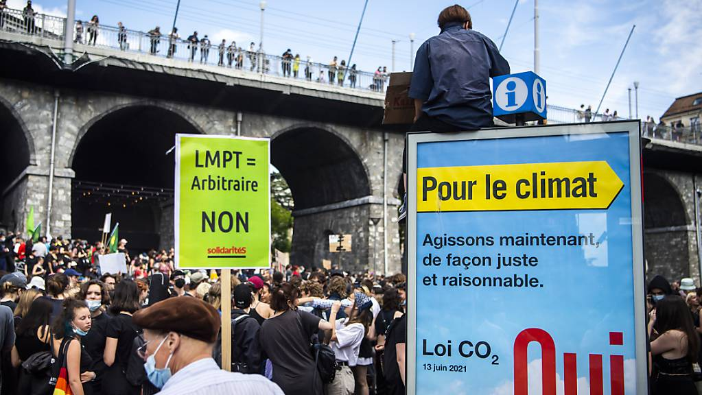 Zwischen 1000 und 2000 Personen haben am Samstag in Lausanne gegen das Bundesgesetz über polizeiliche Massnahmen zur Bekämpfung von Terrorismus (PMT) demonstriert. Über das Gesetz wird am 13. Juni abgestimmt.