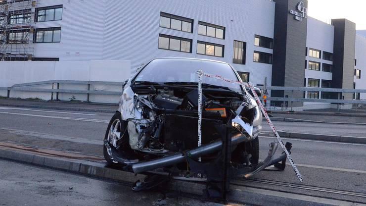 Beide Autos wurden beim Unfall stark beschädigt.