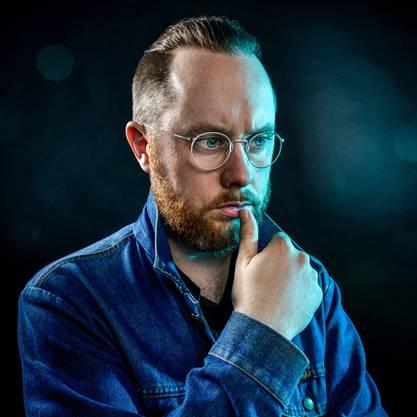 *Jürg Halter , geboren 1980 in Bern, wo er meistens lebt. Halter ist Schriftsteller, Spoken Word Artist und Speaker. Zahlreiche Buch- und CD-Veröffentlichungen. Im Februar erscheint sein neuer Gedichtband «Gemeinsame Sprache» (Dörlemann).